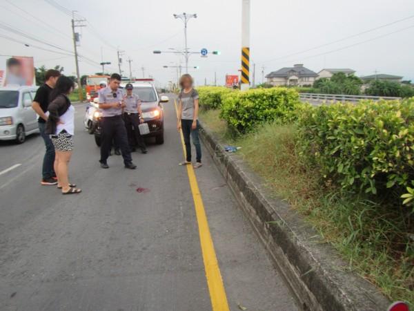 現場血跡斑斑,員警釐清事故原因。(記者洪臣宏翻攝)