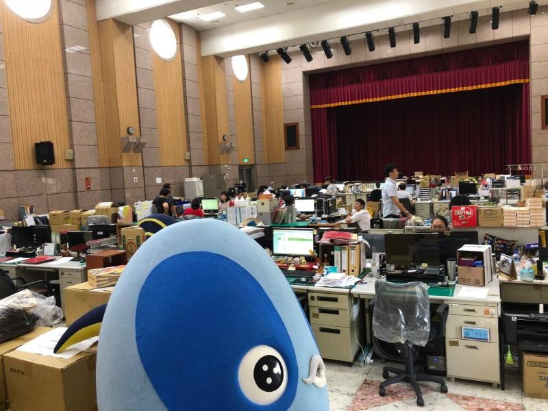 多名公務員被迫在大禮堂辦公。(圖擷取自「煥然一新 簡煥宗」臉書)