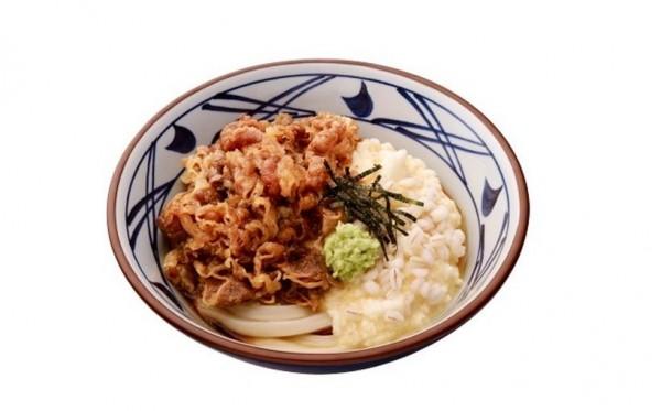 日本18位民眾因為吃了丸龜製麵的「山藥麥泥牛肉烏龍麵」,出現食物中毒症狀。(圖擷取自丸龜製麵日本官方網站)