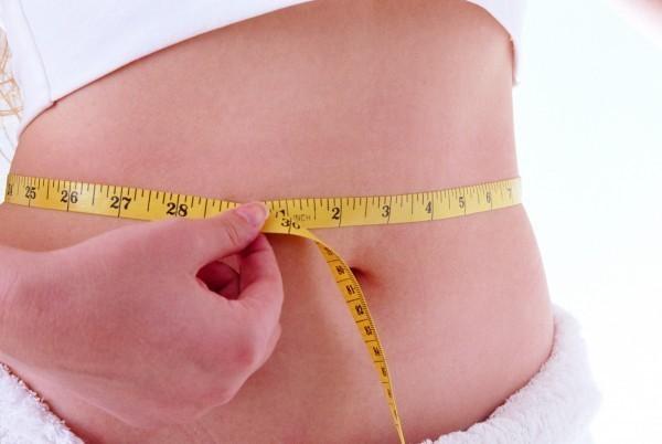新研究发现,肥胖族群中腰围越粗者,其大脑灰质体积越小。(情境照)
