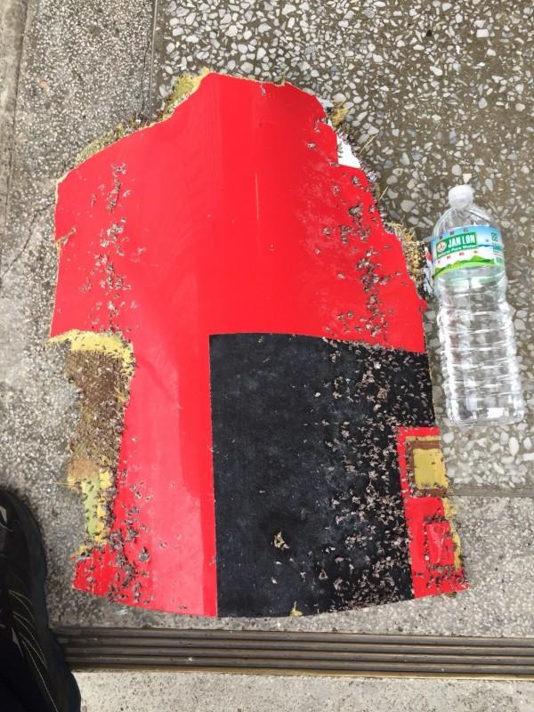 墜海空勤總隊黑鷹直升機殘骸又現蹤,疑似直升機艙門板今天上午在綠島海域被撈獲。(記者陳賢義翻攝)