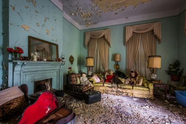 攝影師表示這間屋子就像一個時空膠囊,走在裏頭就像在窺探別人的生活,十分詭異。(圖擷取自鏡報)