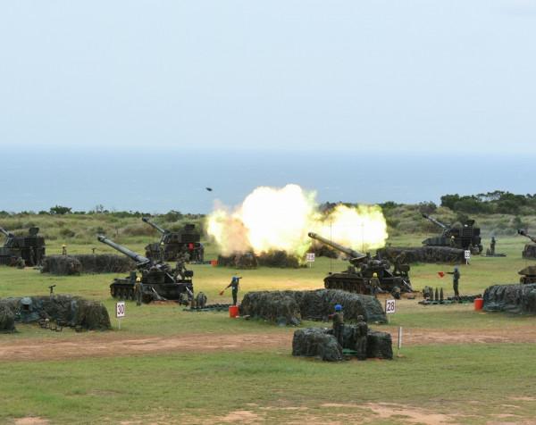 國防部將於本月17日在中部地區舉行「聯合反登陸作戰操演」。圖為陸軍第三作戰區在新竹縣新豐鄉坑子口訓場,以實兵實彈方式執行「聯合反登陸作戰操演」。(軍方提供)