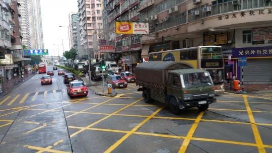 香港網路今天上午瘋傳,中國人民解放軍接近20輛軍車今晨出現在香港市區,許多網友擔心可能會在8月18日採取行動。(圖擷取自LIHKG)