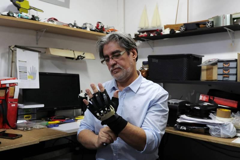 手套發明者Ubiratan Bizarro。(路透社)