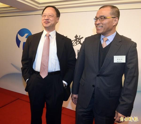 前交通部長葉匡時(右)宣佈自政大退休。(記者廖振輝攝)