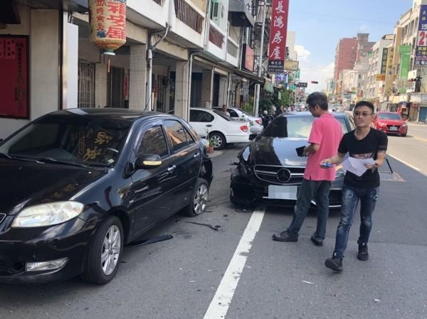 男子趕出庭,開車失控撞到路邊轎車,轎車再撞到「代天巡府嘉邑福安舘」廟前的一對石麒麟。(記者丁偉杰翻攝)