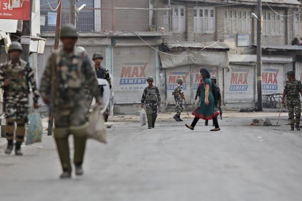 因為喀什米爾地區近日來不斷發生暴動,而印度當局為此宣布報禁。(美聯社)