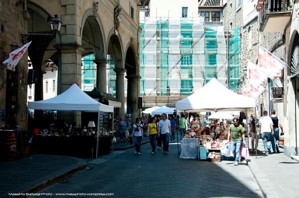 義大利觀光勝地佛羅倫斯,從9月4日開始禁止行人在街上吃東西,違者可罰款500歐元(約新台幣1.79萬元)。(圖擷自Via De'Neri臉書專頁)