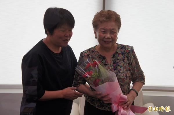 在母親節以前,柯媽何瑞英接受電台專訪,節目主持黃光芹贈花給柯媽。(記者黃建豪攝)