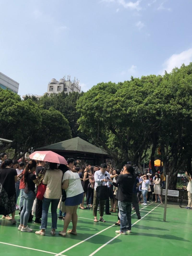 現場消防人員及警察已將大樓內的人員疏散至伊通公園,現場也拉起封鎖線警戒中。(讀者提供)