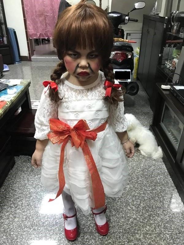 小男生被媽媽打扮成安娜貝爾出席萬聖節活動。(圖翻攝自「爆料公社」臉書粉專)