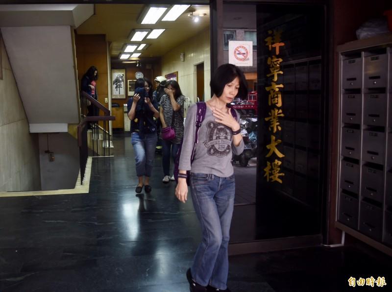 台北市長安東路二段77號的一棟大樓,今日下午因強震影響,大樓向右傾斜靠在81號的建築物上,目前情況並不危急,現場消防人員及警察已將大樓內的人員疏散至伊通公園,現場也拉起封鎖線警戒中。(記者黃耀徵攝)