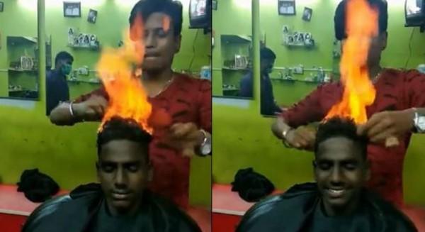 印度1名理髮師對客人頭部點火,用2把梳子快速翻炒頭髮。(圖擷取自影片)