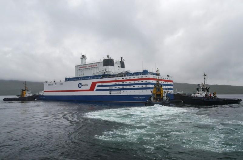 俄國製全球首座漂浮核電廠今日啟航,將由3艘拖船拖行5000公里,預計在3至4週後,抵達西伯利亞楚科加的佩韋克。(路透)