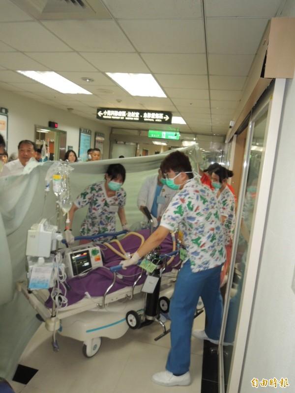 前立委劉文雄到院時一度失去心跳呼吸,經醫院急救後恢復心跳,隨後在家屬及醫護人員的護送下,推往二樓心導管手術室準備進行手術。(記者林嘉東攝)