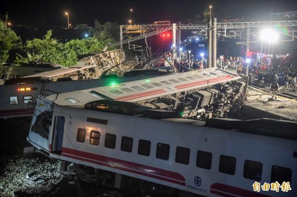 出軌翻覆的台鐵普悠瑪列車呈現W字形橫倒在地。(記者黃耀徵攝)