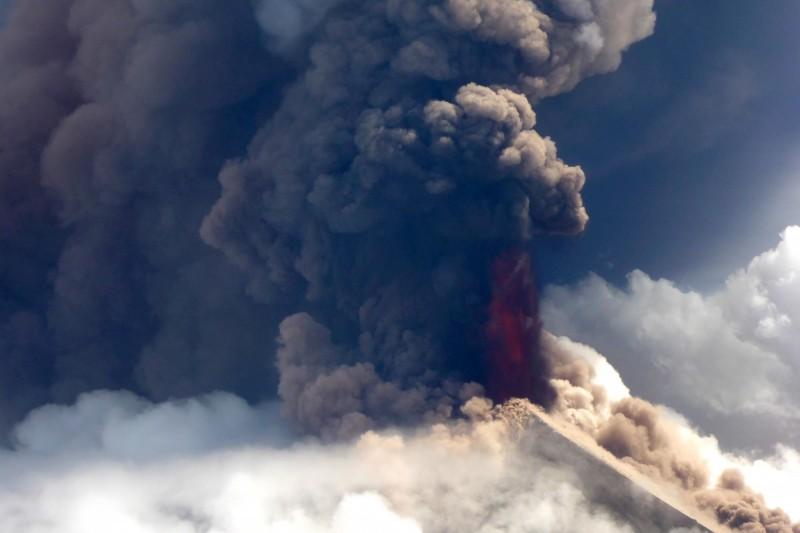 巴布亞紐幾內亞被列為「世界最危險火山」之一的烏拉旺(Ulawun)26日朝空中噴發18公里高的煙柱。(法新社)