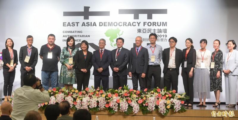 台灣民主基金會 26日舉辦「東亞民主論壇」,與會講者貴賓在開幕式合影留念。(記者張嘉明攝)