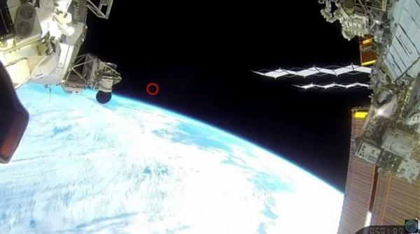 一支從國際太空站俯瞰地球的直播影片近日引發熱烈討論。(圖擷取自每日郵報)
