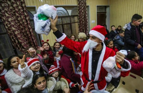 小朋友最期待拆開耶誕禮物,一名男童收到不喜歡的耶誕禮物,憤怒報警。圖片與新聞無關,示意圖。(法新社)