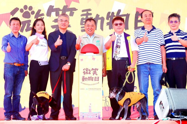 Council of Agriculture Secretary-General Chang Chih-sheng, center, and others attend an animal welfare event on Ketagalan Boulevard in front of the Presidential Office Building in Taipei yesterday. Photo: CNA
