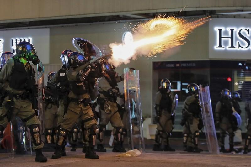 香港警方昨夜�佑梦淞���喝嗣瘢��е露嗳耸��,1人失明。(美�社)