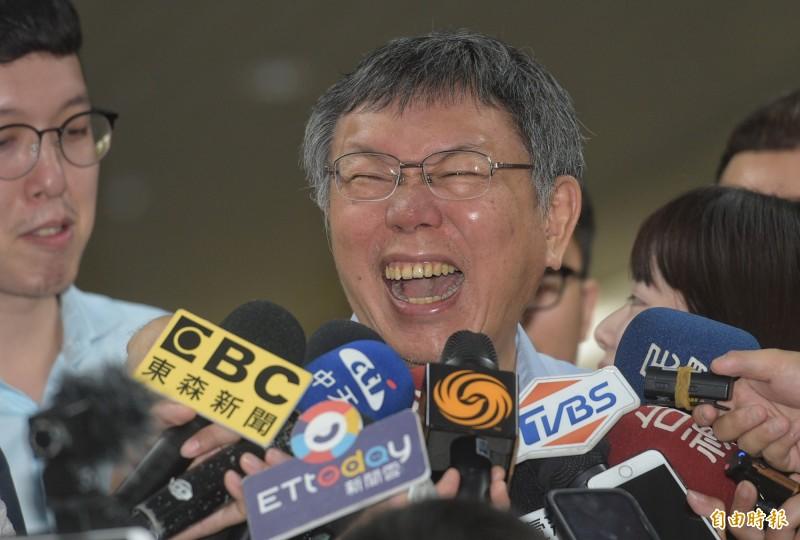 台北市長柯文哲12日題回應媒體採訪。(記者張嘉明攝)