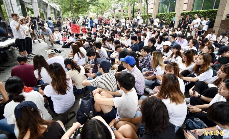 數百名香港在台學生12日於香港經貿文化辦事處外靜坐罷課,聲援香港反送中運動。(記者羅沛德攝)