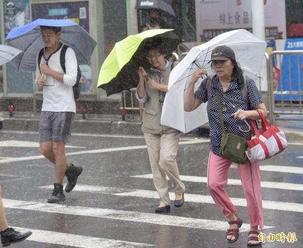 全台自明日起將有局部大雨或豪雨等級以上強降雨,公路總局針對可能淹水和預警性封閉路段提前預置機具部署人力,一旦降雨達封路標準,明日恐會進一步預警性封閉。圖為示意圖。(資料照)