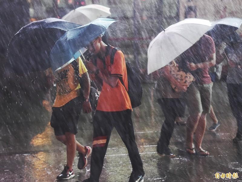 氣象局晚間10點50分,對幾乎全台發布大雨特報,苗栗以北除台北市、宜蘭縣為大雨,其餘均發布豪雨特報,連江、金門縣也發布濃霧特報。(資料照)