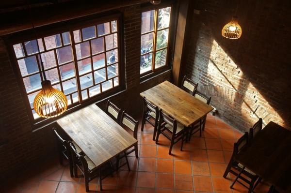稻舍店面為二進式兩層洋樓建築,在二樓用餐,除了視野更佳,還能欣賞到百年老屋的陽台、窗櫺、屋脊等建築細節。(記者臺大翔攝)
