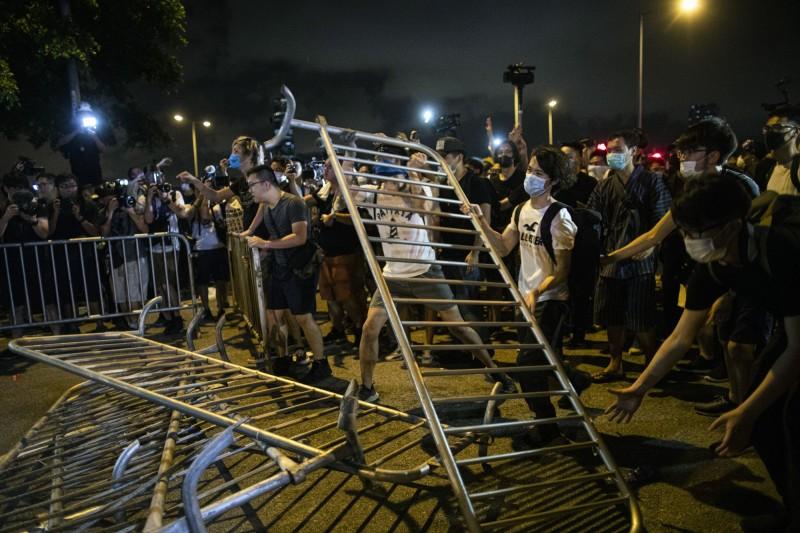 示威者在立法會大樓外設置路障,抗議《逃犯條例》,有逾百萬人參加了抗議活動。(彭博)