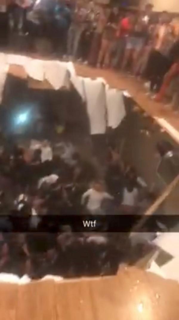 美國克萊門森大學學生與居民在公寓開趴狂歡時,人群竟然把地板踩破,數十人掉落到地下室,造成30人受傷。(路透)