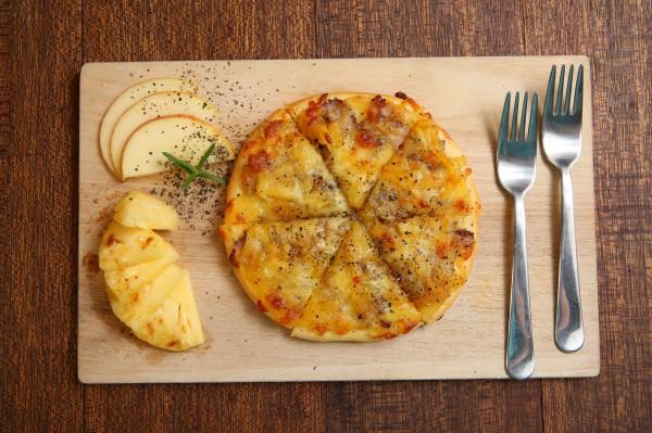 客家人稱的黃梨醬即是鳳梨醬,不同於一般常吃到的甜鳳梨果醬,黃梨醬是用鹽醃漬的鹹醬,搭配鹹豬肉烤製成披薩,滋味特別。(記者潘自強攝)