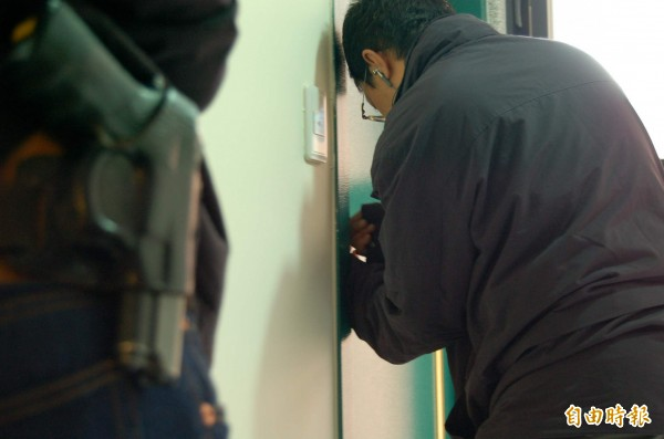警方荷槍實彈攻堅,配合開鎖的鎖匠卻連件防彈衣都沒有。(資料照,記者許國楨攝,圖與本報導無關)