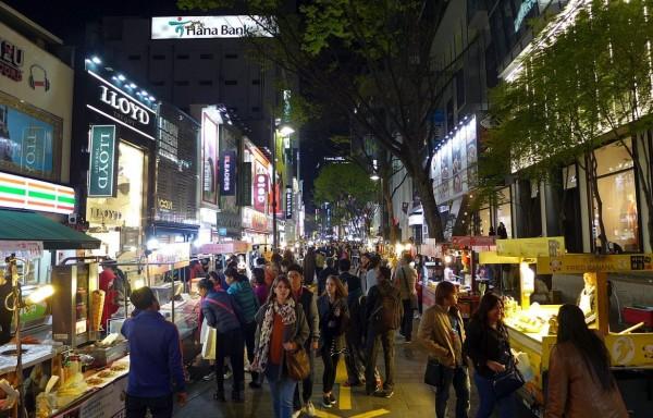 南韓首爾市政府今(8)日發布一項與首爾觀光財團合作調查,結果顯示,外國遊客平均停留在首爾5.66天,且有83.8%外國遊客,會把明洞(圖中)當成首選目的地。(翻攝自維基百科)