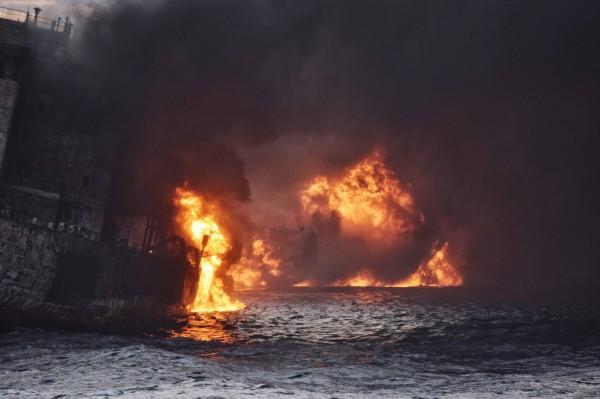 中國東海油輪大規模原油洩漏,中國數百艘漁船竟搶撈有毒魚隻。(法新社)