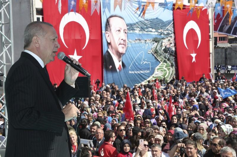 土耳其總統艾多根(圖左)疑似為了3月底的地方選舉,在多場合對紐國發生的清真寺槍擊搶案大作文章,意圖煽動選民情緒並藉機拉攏伊斯蘭保守派的支持;日前的挑釁言論更引起澳洲總理不滿。(美聯社)