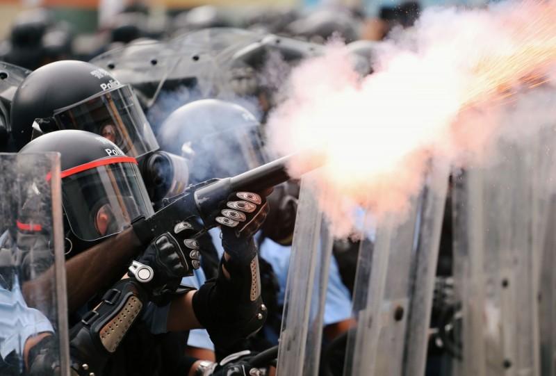 香港警方對民眾射擊催淚瓦斯與橡膠子彈,演變成流血衝突。(路透)
