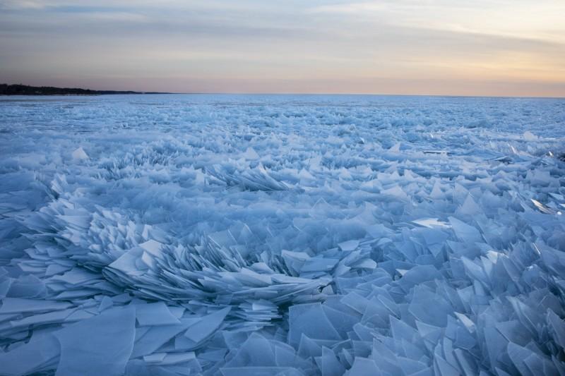 密西根湖近日因冰雪逐漸融化,滿佈湖面的淺藍色碎冰,看上去就像迪士尼動畫電影《冰雪奇緣》的場景重現,壯觀又夢幻。(美聯社)