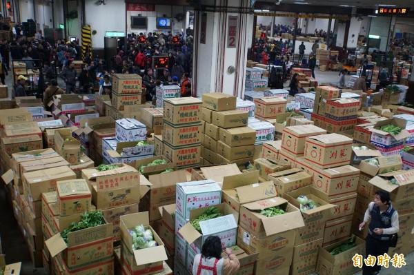 台北果菜批發市場連續休市,被質疑導致菜價崩跌。(資料照)