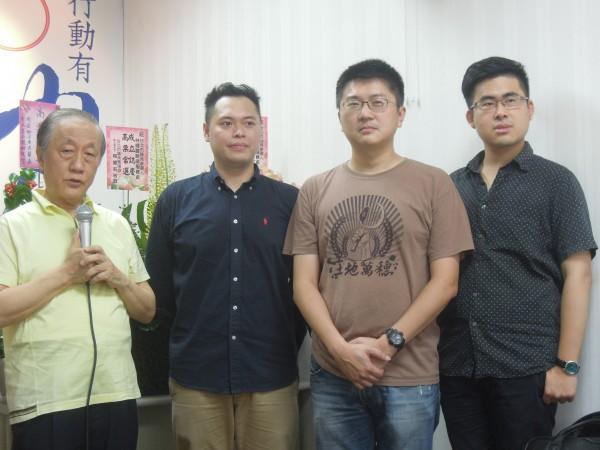 新黨主席郁慕明(左一)上午宣布將提名王炳忠(右一)等人參選新北市議員。(記者林恕暉攝)