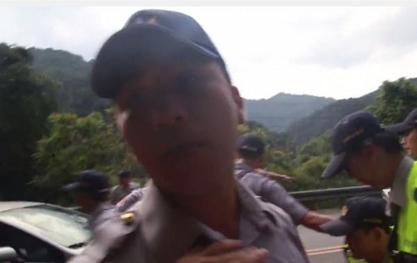 員警怒嗆記者「有採訪證又怎樣」。(圖擷取自YouTube)