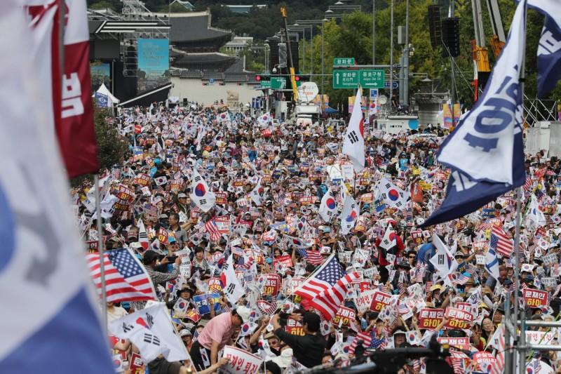 韓國示威民眾在平日下午齊聚光化門廣場。(歐新社)