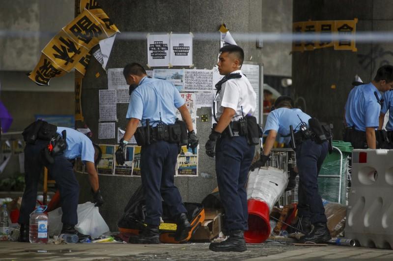 港警催淚彈清場立法會後,進入搜證,並展開大搜捕。(美聯)
