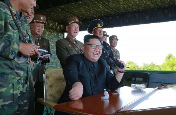 金正恩表示,發射飛彈讓日本嚇個驚慌失措讓他非常開心。(法新社)