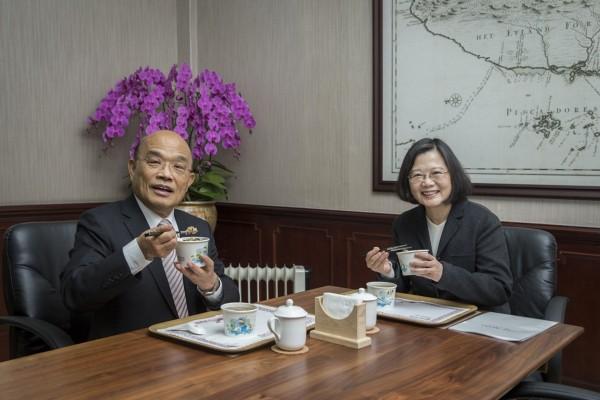 總統蔡英文(右)與行政院長蘇貞昌(左)今天進行蘇內閣上任後首次午餐會見,話題圍繞在防疫與虐童。(圖由總統府提供)