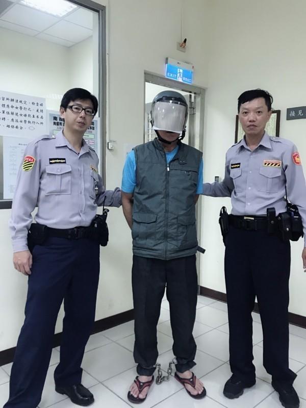 殺死人逃亡20年的61歲男子(中),違規左轉,被草屯分局交通小隊警員攔下而露了餡。(圖由草屯警分局提供)