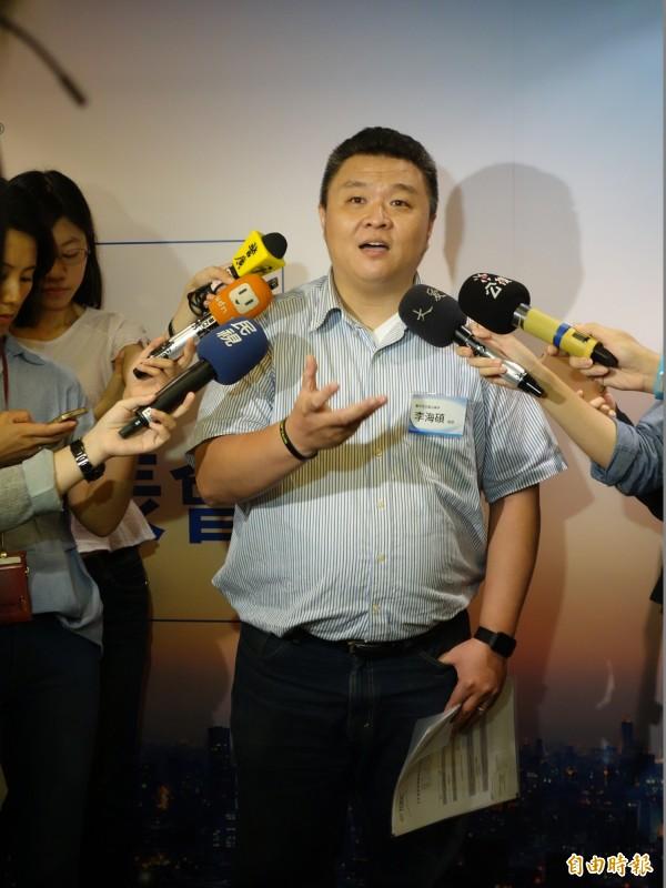 台中市東海高中教師李海碩認為,台灣教英文多重視文法,但多益測驗重視溝通,認為是好的發展。(記者吳柏軒攝)